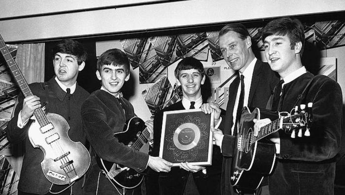 The Beatles e George Martin foto