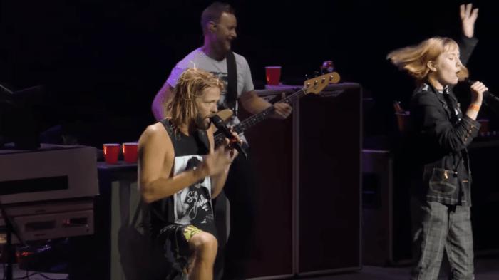 """Taylor Hawkins e Dave Grohl dei Foo Fighters hanno invitato Maddy Duncan e la madre sul palco della Rogers Arena di Vancouver per cantare insieme """"Under Pressure"""" dei Queen e David Bowie"""