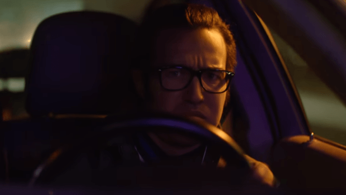 "Pete Wentz bassista dei Fall Out Boy è protagonista del nuovo video dei Weezer ""Can't Knock The Hustle"""