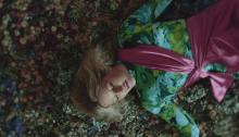 """Ellie Goulding è tornata con il video del singolo """"Close To Me"""" feat. Diplo e Swae Lee"""