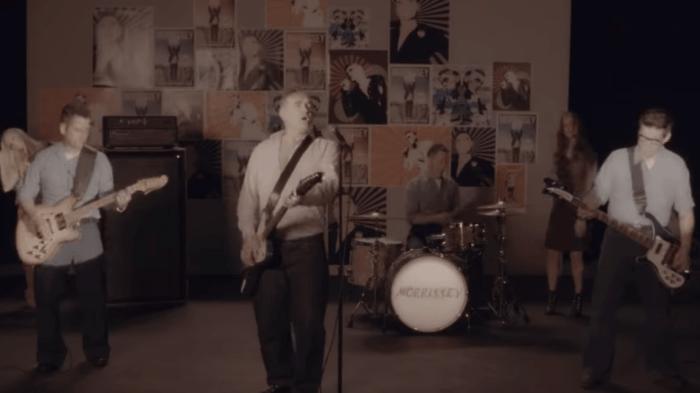 """Morrissey canta e suona la cover dei The Pretenders """"Back On The Chain Gang"""" nel nuovo video"""