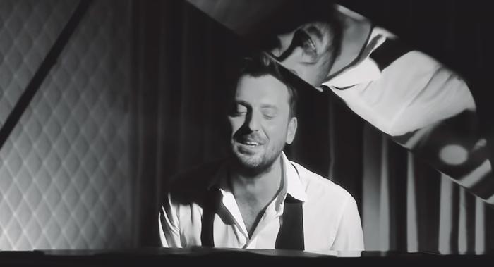 """Cesare Cremonini ha pubblicato la nuova versione di """"Poetica"""" per piano e voce"""