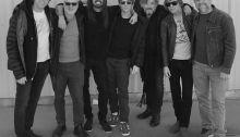 """Il leader dei Foo Fighters ha suonato per la prima volta live il brano strumentale """"Play"""" insieme ad altri musicisti al Christmas Jam"""