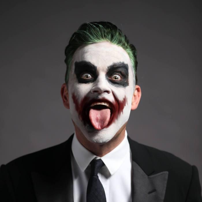 Robbie Williams si è esibito venerdì 21 dicembre a Belluno per i dipendenti di Luxottica