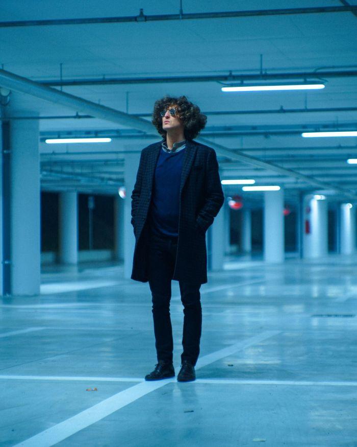 """""""Bleu"""" è il nuovo ammiccante singolo di Calabi dopo i precedenti """"Le Terrazze"""" e """"Via Brigata Lupi"""""""
