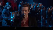 """The Killers suonano per la prima volta dal vivo """"Land Of The Free"""" al Jimmy Kimmel Live"""