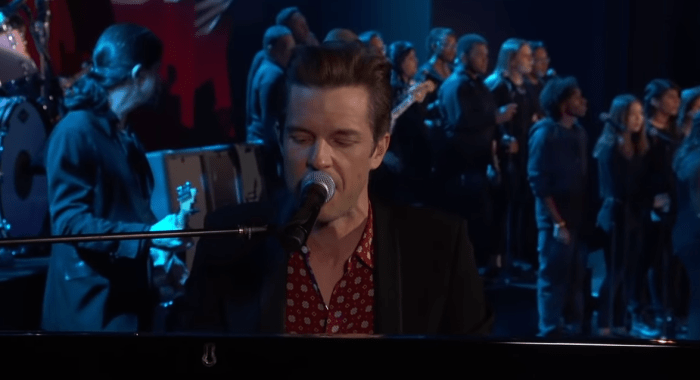 "The Killers suonano per la prima volta dal vivo ""Land Of The Free"" al Jimmy Kimmel Live"