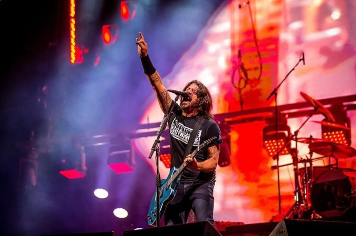 I Foo Fighters hanno fatto spaccare una chitarra a un fan in carrozzina sul palco dello Sziget Festival 2019