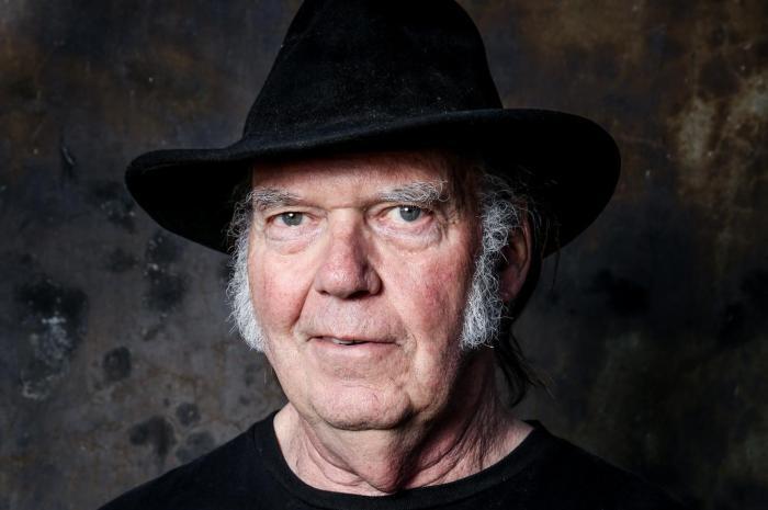Neil Young annuncia un nuovo album con i Crazy Horse per ottobre