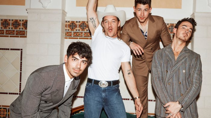 "Diplo e Jonas Brothers in ""Lonely"""