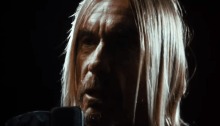 "Iggy Pop inquadrato da vicino nel nuovo video ""Loves Missing"""