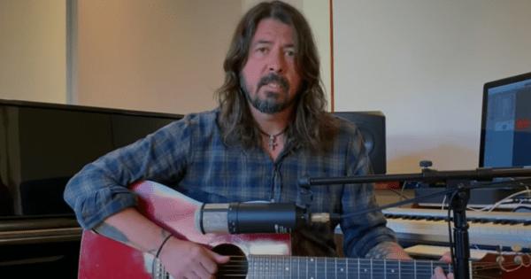 """Dave Grohl canta """"My Hero"""" per medici e infermieri"""