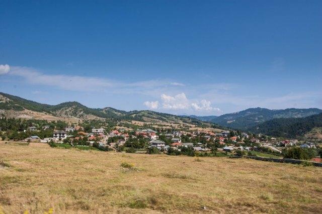 Voskopoje from the trailhead to Vithkuq
