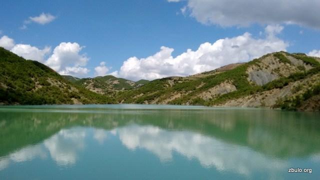 Fushas reservoir, the trailhead