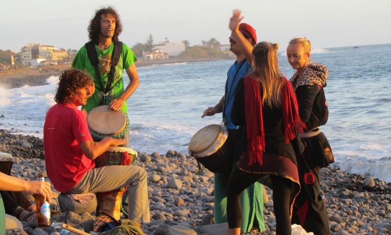 Ett gäng som spelar bongotrummor