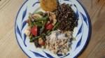 En tallrik med quinoa, makrill, somriga grönsaker och kikärtsbiffar