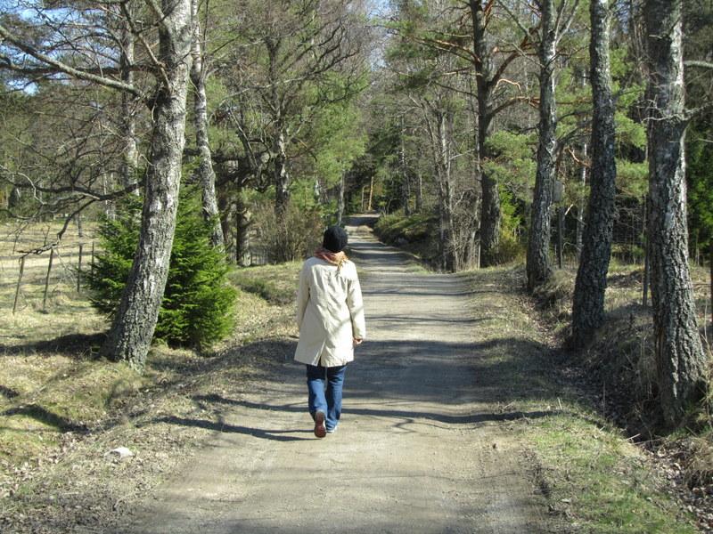 Kvinna på skogsstig