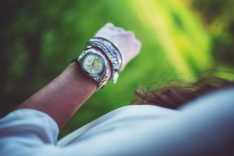 Klocka på arm - inlägg om tidsbrist och inre stress
