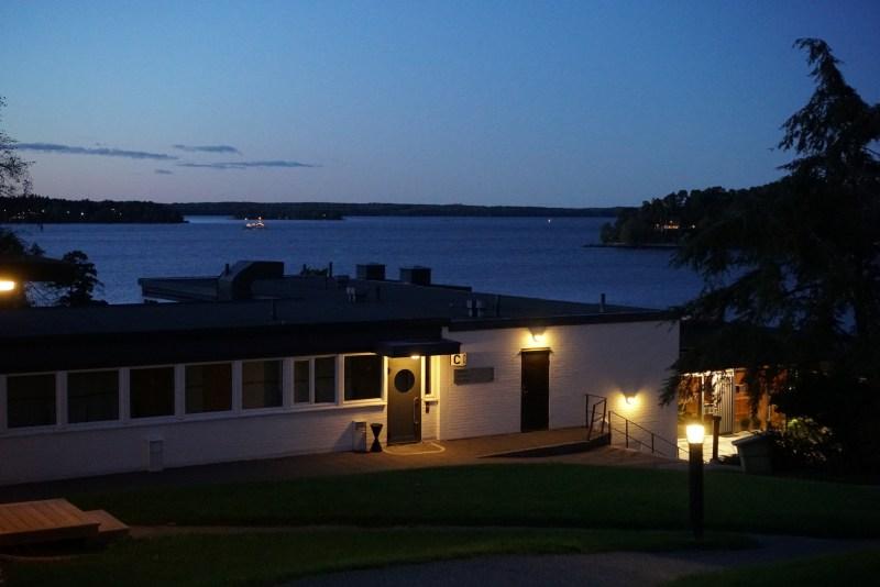 bild på skepparholmen SPA, delar av boendet och sikt över vatten. Kvällsbild