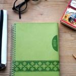 bild på grön almanacka_glasögon pennfodral tändsticksask, blyertspennanyårslöfte 2019_1