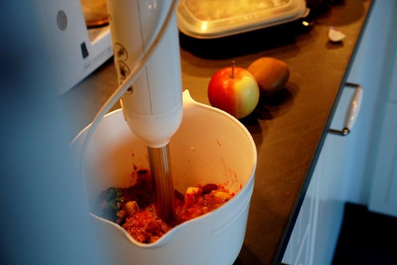mixa frukt och grönt som ligger i en bunke, det ska bli fruktglass som jag fryser. Inlägget handlar om att vara svinnsmart