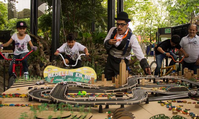 """Pedaleando con energía en """"Medellín en Bici""""; Primavera Fest, Medellín, Antioquia"""