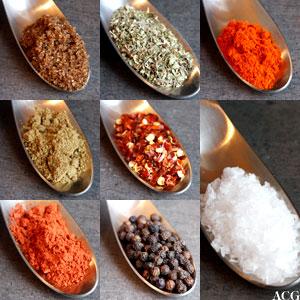 8 nærbilder av krydder til hejmmelaget tacoblanding