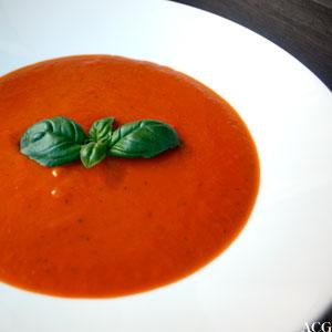 tallerken med tomatsuppe