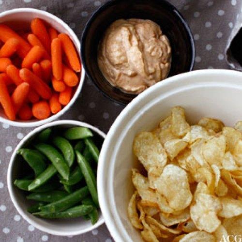 grønnsaker og chips med parikaaioli