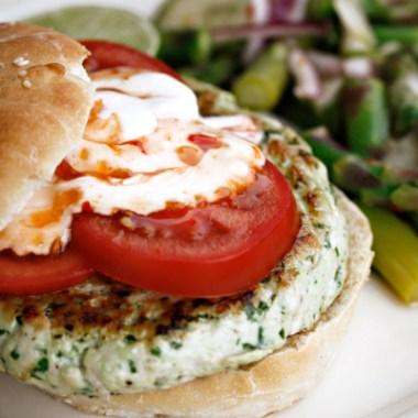 Kyllingburger med salat i bakgrunnen