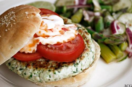 Kyllingburger med salat