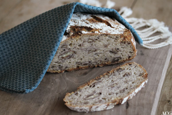 bilde av brødskive med pekannøtter