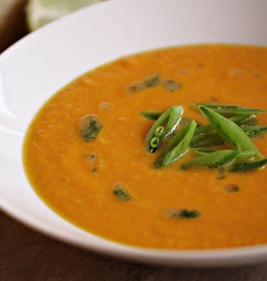 detalj av suppetallerken med gulrotsuppe