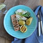 Grillet laks, hjertesalat og yoghurtsaus