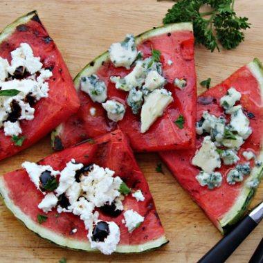 Fire skiver grillet vannmelon med ostetopping