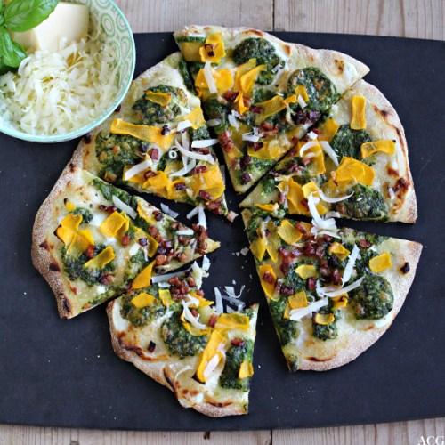 bilde av pizza med en skål revet ost ved siden av