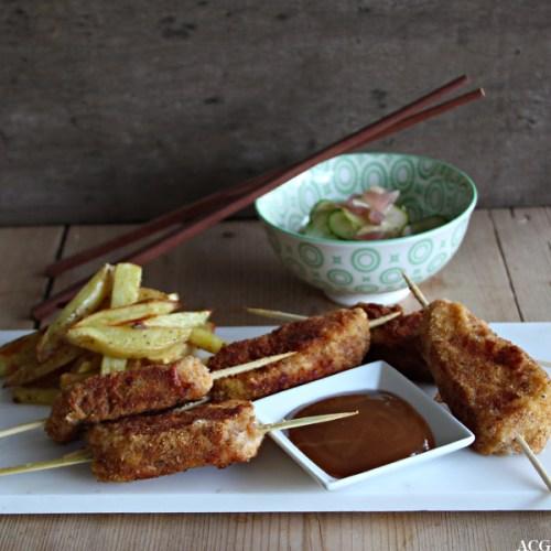 Tallerken med fiskepinner, fries og agurksalat
