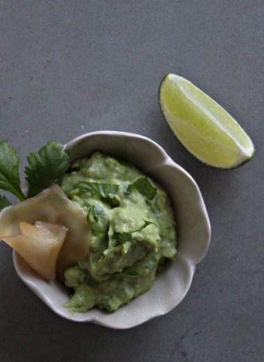 bilde av skål med avokadokrem og en limebåt