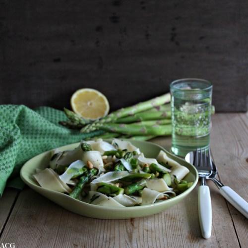 bilde av tallerken med pasta, bestikk og asparges