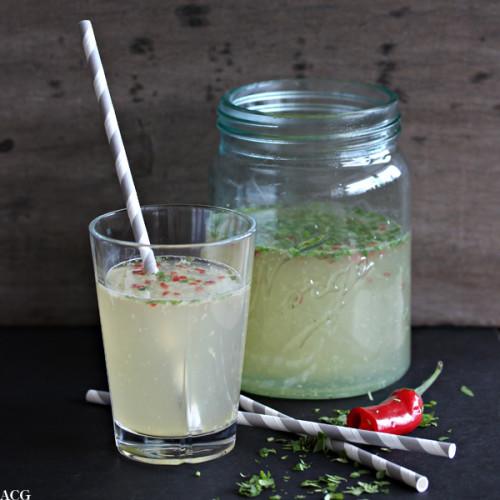 bilde av glass med punch og sugerør - Norgesglass i bakgrunnen