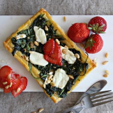 Bilde av terte med spinat, chevre og jordbær
