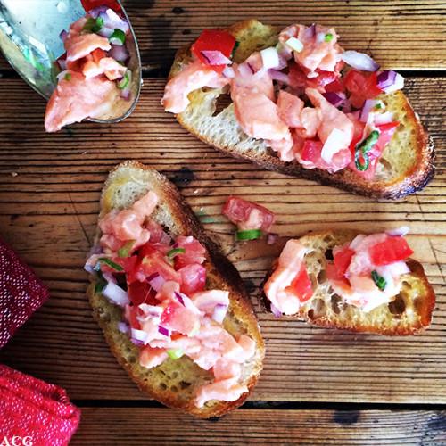 Nærbilde av 3 små toast med laksesalat på - Lomi lomi