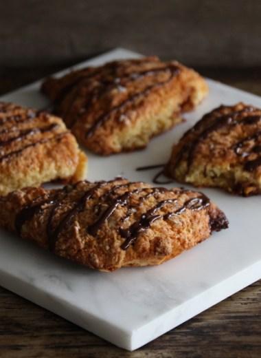 4 snickers-scones med sjokoladepynt