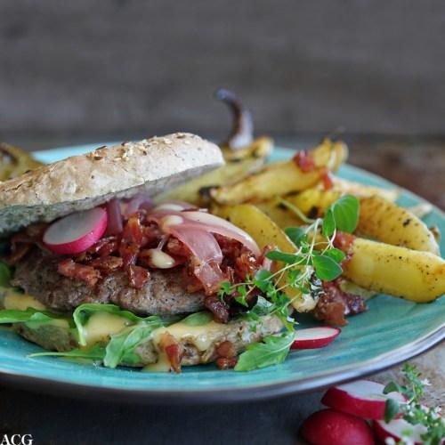 Hamburger med bacon og rødløk