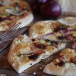 Rask gourmetpizza med bacon og søt rødløk