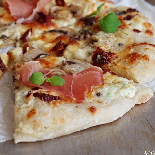 hvit pizza med skinke og blåmuggost