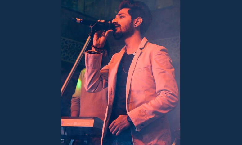 Mohobbat Ka Fitoor song by Shirz Ahmed is all about recounting the fresh feelings of first love
