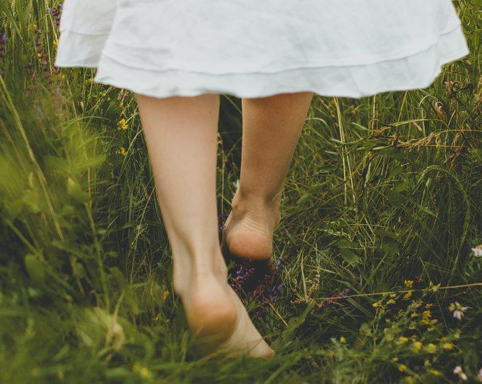 Fouler l'herbe pieds nus, et pour les plus chanceux d'entre nous qui sont en bord de mer, enfouir ses pieds sous le sable frais, l'espace d'un instant, amènent des sensations toutes simples.
