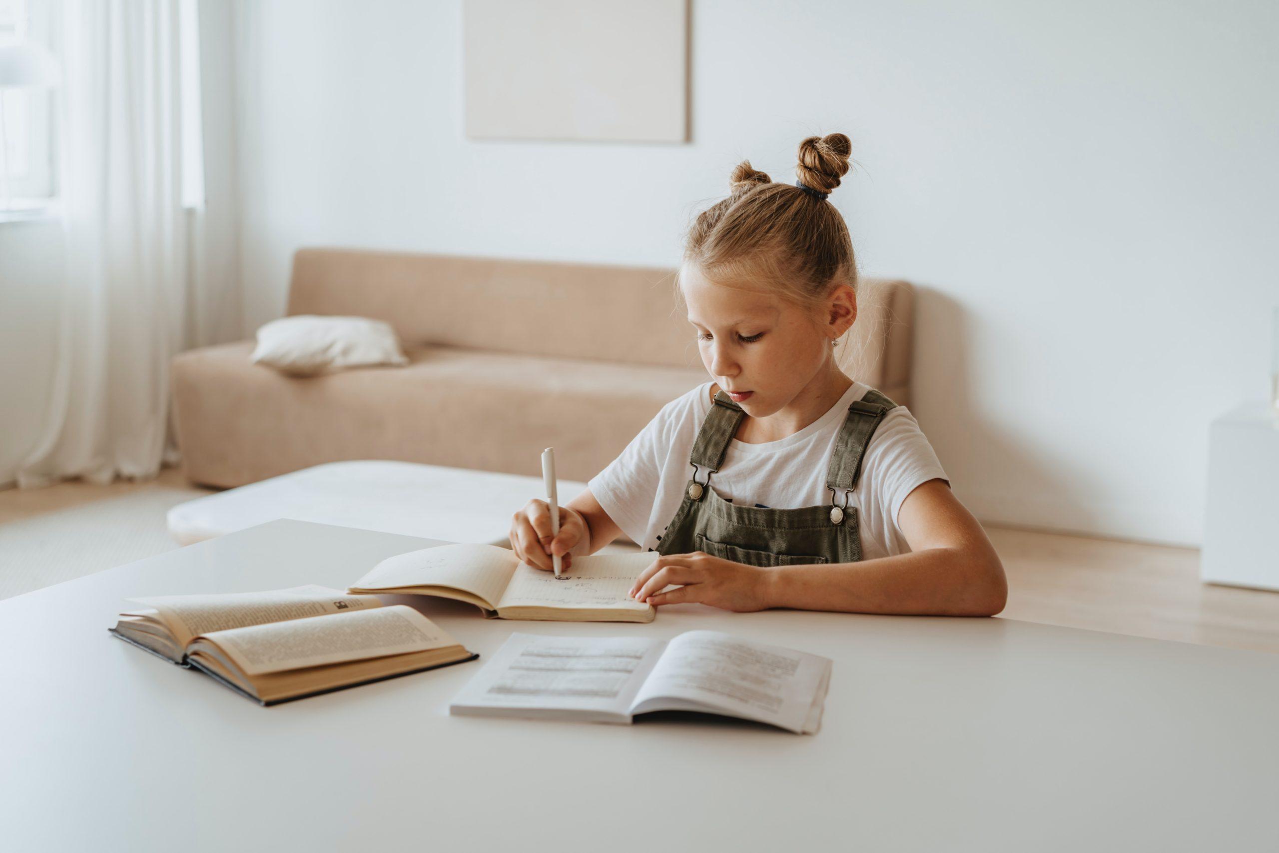 Une fois que l'enfant a pris les bonnes bases et a été formé indirectement par ses parents, l'autonomie dont il a besoin et qu'il aime va prendre le relais et favoriser le développement de la curiosité.