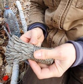 La corde est indispensable pour assurer la pose du récipient le long du tronc.